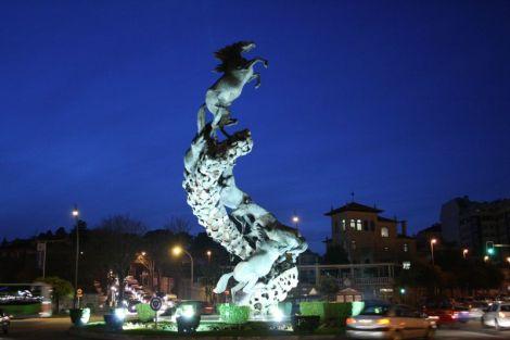 Fermosa escultura situada na Praza de España. Fonte: Contando Estrelas