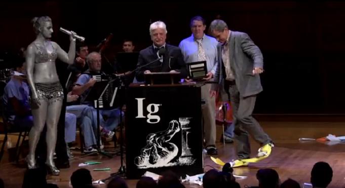 Os galardonados co Ignobel de física recollendo o premio.