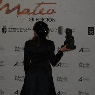 Isabel Risco unha das grandes protagonistas da gala co seu reivindicativo discurso. Posando de espaldas como cando recolleu o premio.